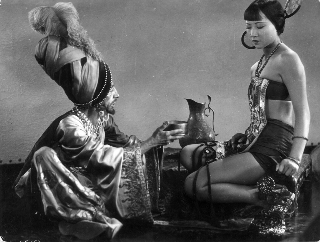 Anna May Wong y Charles Belcher. (The thief of Bagdad. United Artists. 1924.)