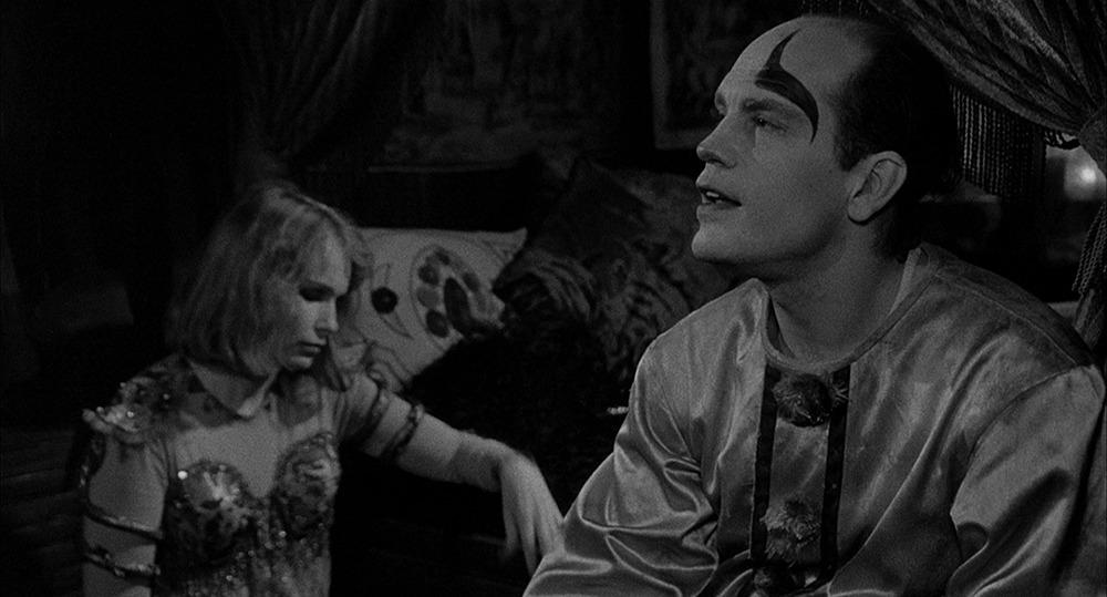 John Malkovich y Mia Farrow. (Sombras y niebla. Orion Pictures. 1991.)