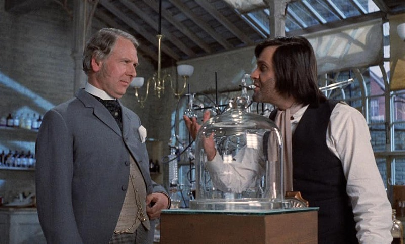Gerald Sim y Ralph Bates. (Dr. Jekyll & Sister Hyde. Hammer Productions. 1971.)