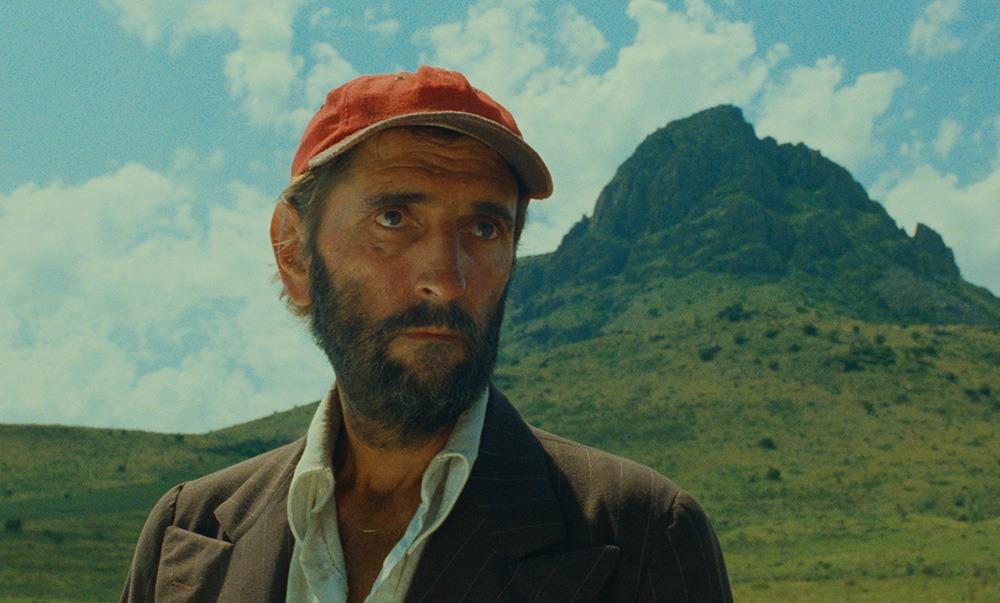 Harry Dean Stanton. (Paris, Texas. Road Movies Filmproduktion, Argos Films, Film4 Productions, Westdeutscher Rundfunk, Pro-ject Filmproduktion, Wim Wenders Stiftung. 1984.)