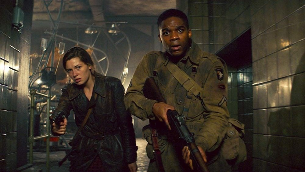 Mathilde Ollivier y Jovan Adepo. (Overlord. Bad Robot, Paramount Pictures. 2018.)